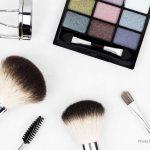 Peralatan Make Up yang Wajib Kalian Bawa Saat Traveling