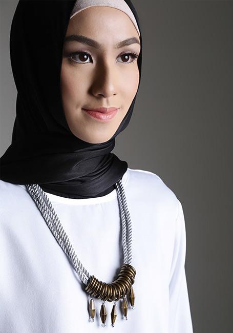 Hijab dengan aksesoris kalung