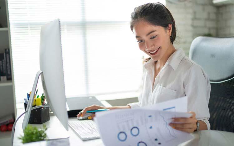 wanita memikirkan bisnis