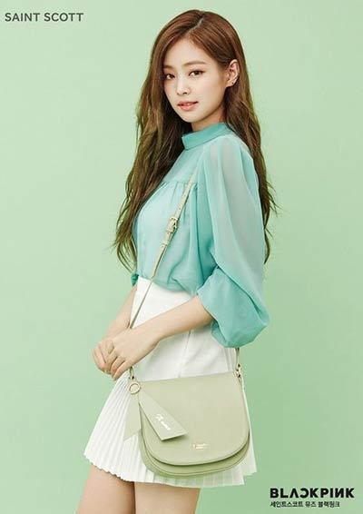 Girly dan Fresh dengan Blouse Tosca dan Mini Pleated Skirt Putih ala Jennie
