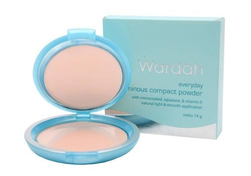 Merek bedak bagus agar wajah glowing - Wardah Everyday Luminous Compact Powder