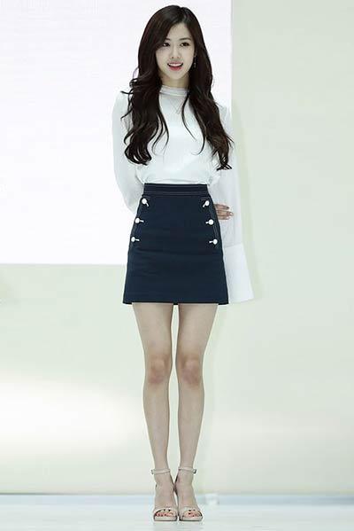 Tampil Formal Tinggi dengan Blouse Putih dan A Line Skirt ala Rose