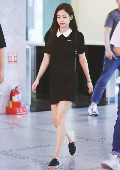 Tampil Imut Layaknya Schoolgirl dengan Mini Dress Hitam Berkerah Putih ala Jennie