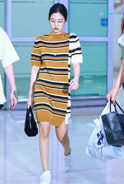 Tampil Muda dan Ceria dengan Line Striped Dress ala Jennie