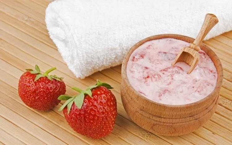 masker wajah alami dengan strawberry