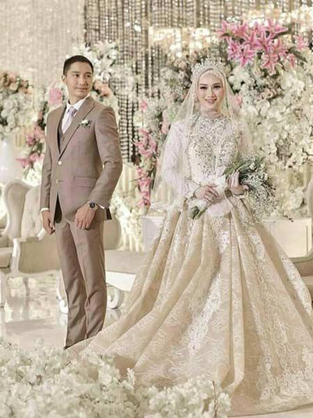 Baju pengantin dengan gaun mewah ala Melody eks JKT 48