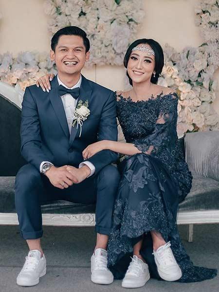 Baju pengantin kasual dengan dress off shoulder