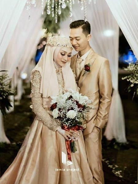 Baju pengantin muslimah dengan dress satin warna cokelat