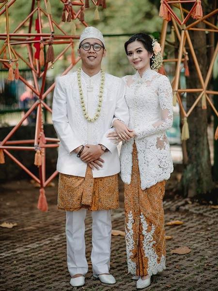 Baju pengantin tradisional modern dengan kebaya putih