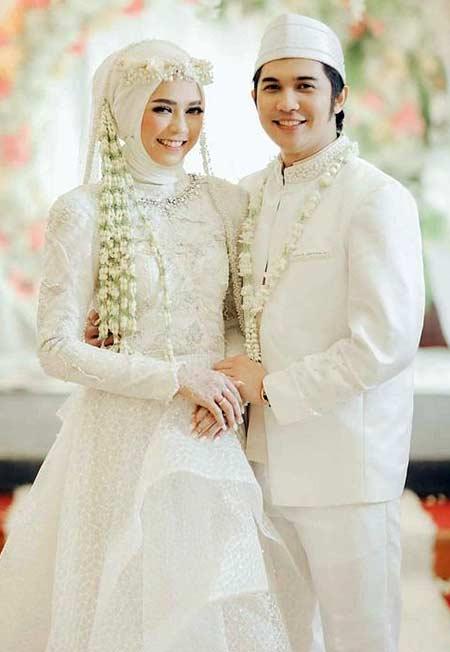 Gaun pengantin muslimah putih bertema rustic