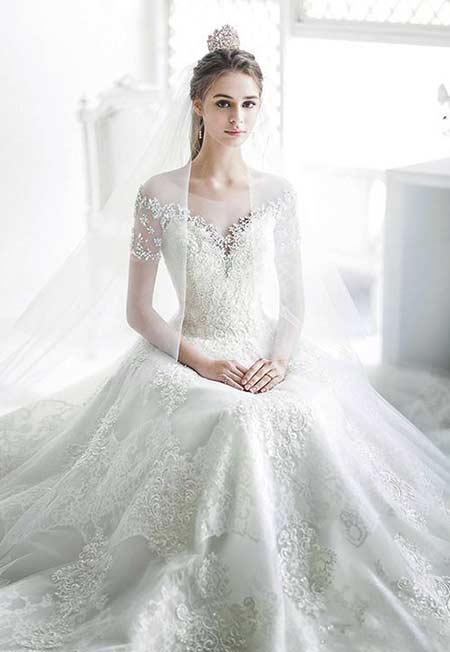 Gaun pengantin putih dengan lace detailed