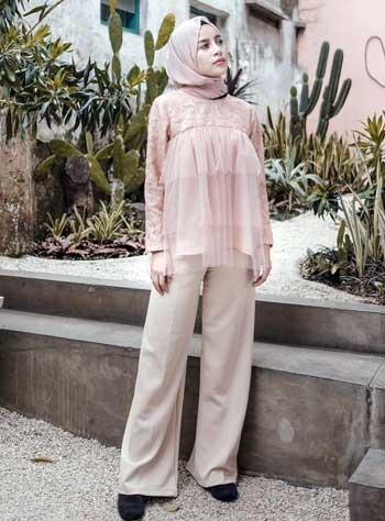 Style kondangan hijab dengan celana dan tulle top