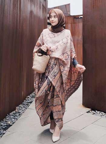 Style kondangan hijab dengan kaftan batik