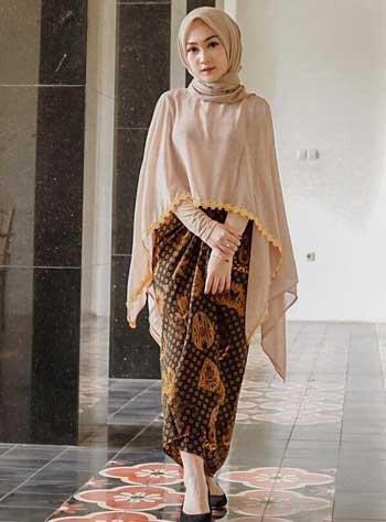 Style kondangan hijab dengan kebaya model cape dan batik