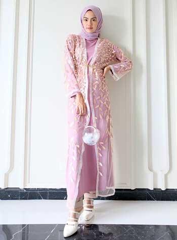 Style kondangan hijab dengan outer brokat