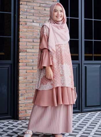 Style kondangan hijab syar'i dengan blouse panjang dan rok