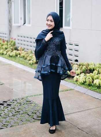 Style kondangan hijab dengan mermaid dress