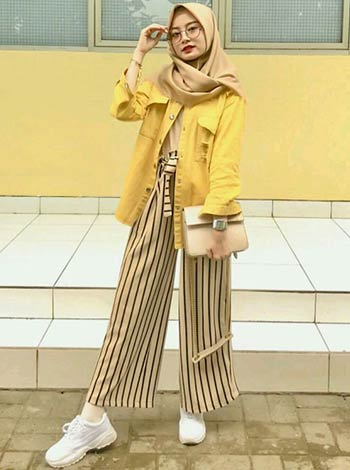 mix and match jaket jeans kuning dan hijab
