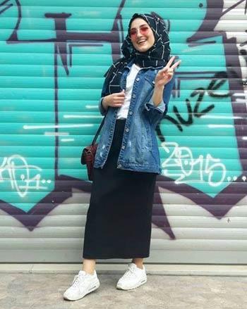 OOTD jaket jeans wanita dengan hijab dan rok span