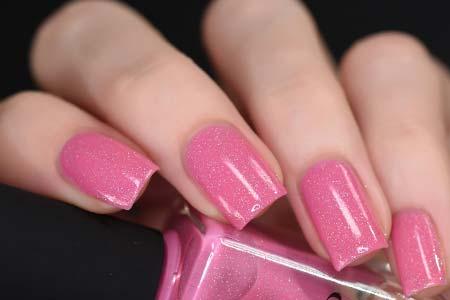 Cat kuku warna pink untuk kulit cerah