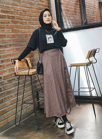 Style hijab casual dengan A-line skirt dan T-shirt