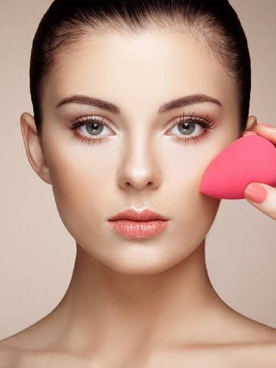 Tips make up wisuda - Aplikasikan foundation dengan spon atau brush