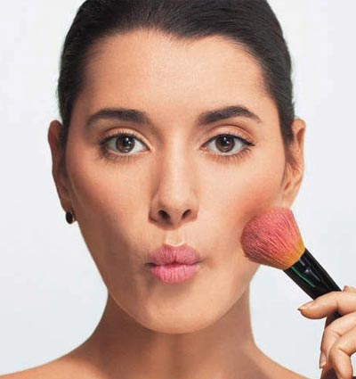 Tips make up wisuda - gunakan blush on