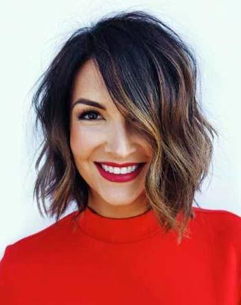 model potongan rambut wanita asimetris pendek ikal