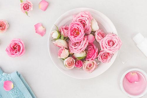 Tips menghilangkan kantong mata secara alami dengan air mawar