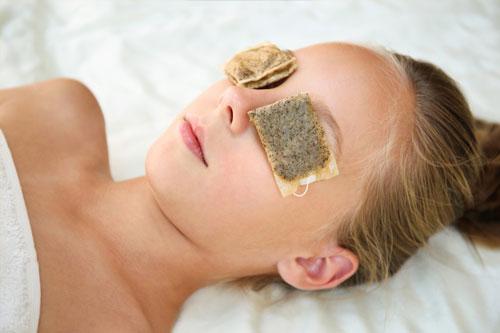 Tips menghilangkan kantong mata secara alami dengan kantong teh bekas
