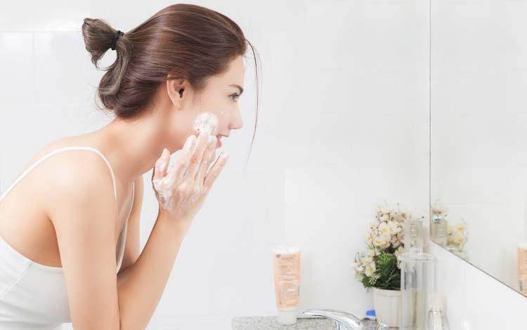 Girls! Ini Lho Urutan Pemakaian Skincare Untuk Kulit Sensitif Yang Benar